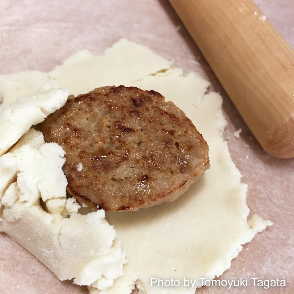 ラスでニチレイフーズハンバーグを包む